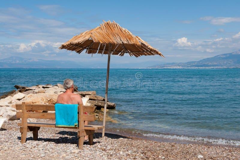 Spiaggia greca con l'uomo immagini stock libere da diritti