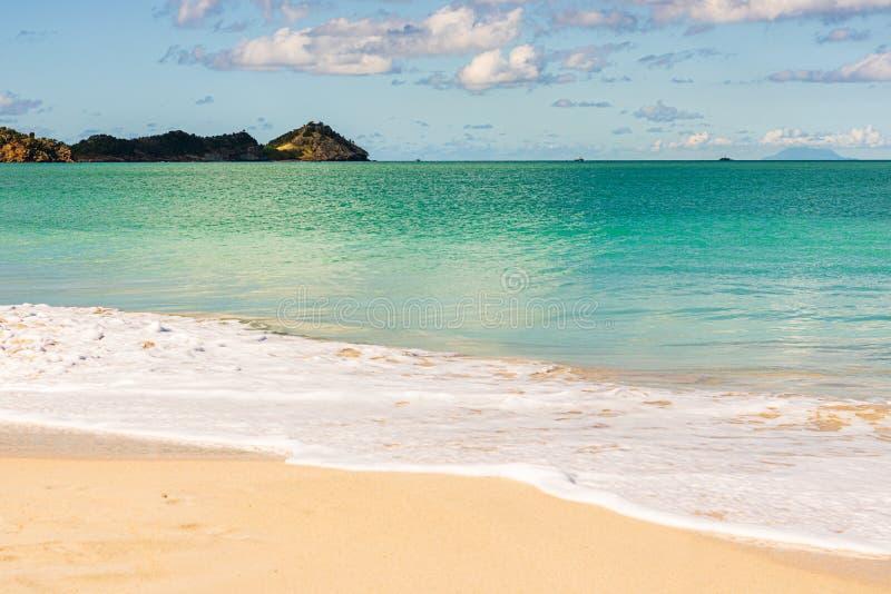 Spiaggia idilliaca in St John, Antigua e Barbuda, un paese situato nelle Antille nel mar dei Caraibi fotografia stock libera da diritti