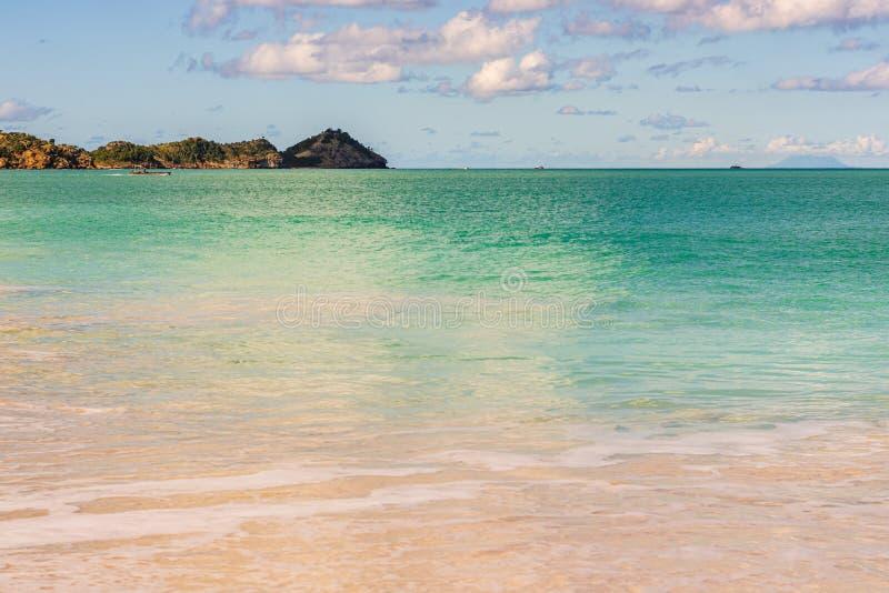 Spiaggia idilliaca in St John, Antigua e Barbuda, un paese situato nelle Antille nel mar dei Caraibi immagini stock