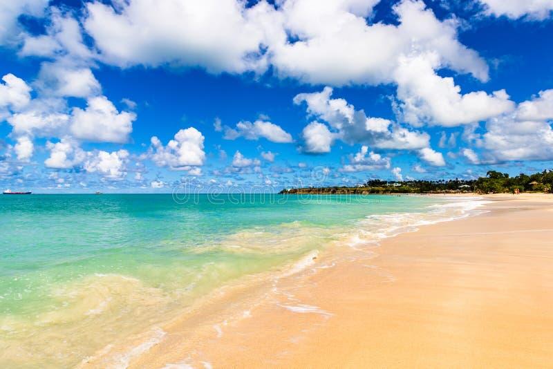 Spiaggia idilliaca in St John, Antigua e Barbuda, un paese situato nelle Antille nel mar dei Caraibi fotografia stock
