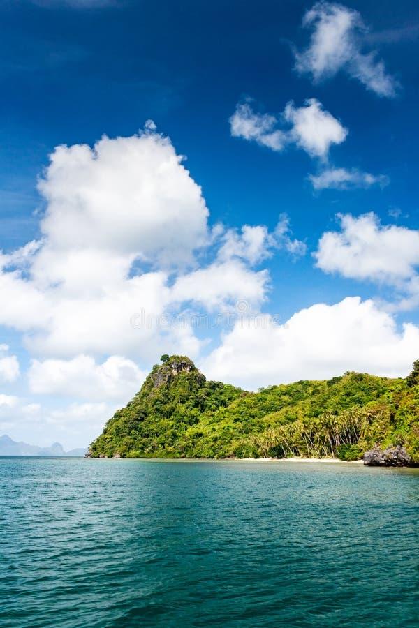 Spiaggia incontaminata su un'isola isolata nella regione di nido di EL di Palawan nelle Filippine fotografia stock