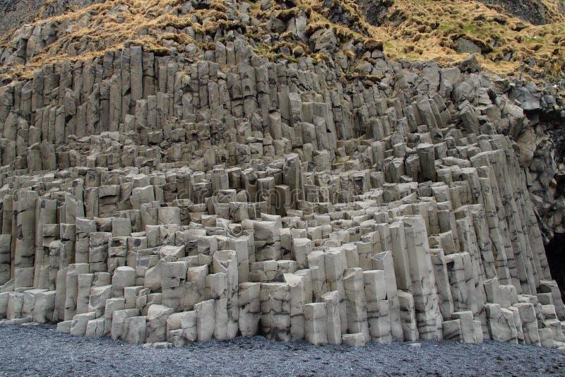 Spiaggia Islanda di Reynisfjara della colonna del basalto immagine stock