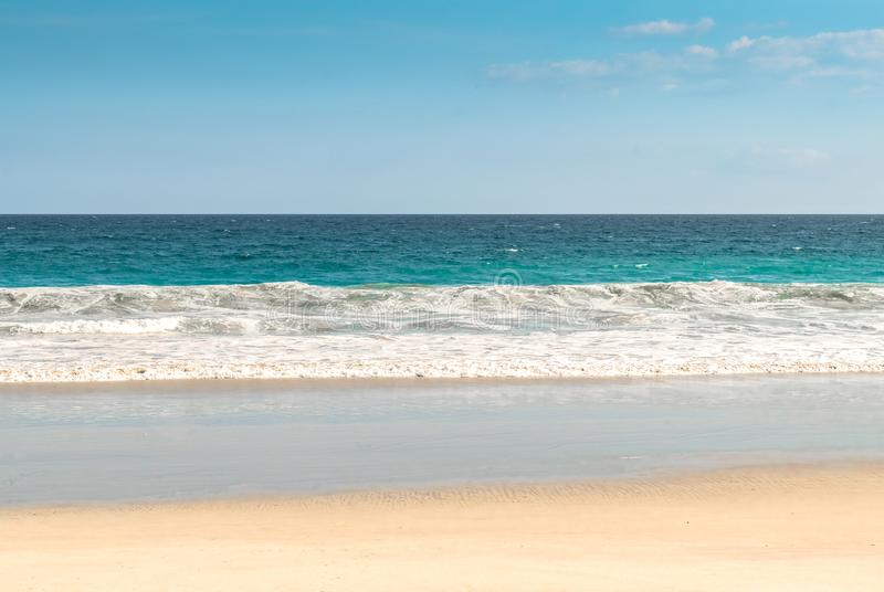 Spiaggia isolata dell'isola tropicale, con le onde del mare calmo, il cielo blu e l'orizzonte visibile Destinazione di sogno per  fotografia stock