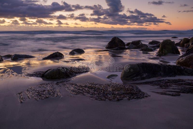 Spiaggia isolata sotto un cielo drammatico di tramonto immagini stock libere da diritti