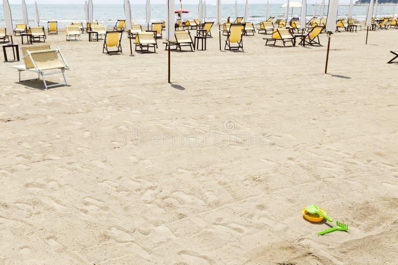 Spiaggia italiana vuota con gli sdrai gialli immagini stock libere da diritti