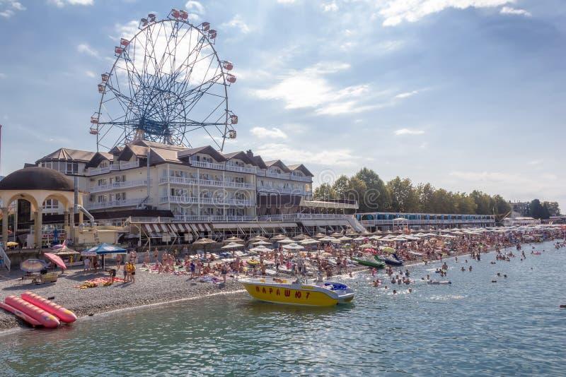 Spiaggia Lazarevskoye della città con la mattina di estate dei vacanzieri immagini stock libere da diritti