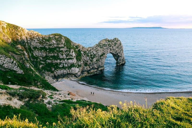 Spiaggia, mare e porta di Durdle sulla costa giurassica, Dorset, Regno Unito immagine stock