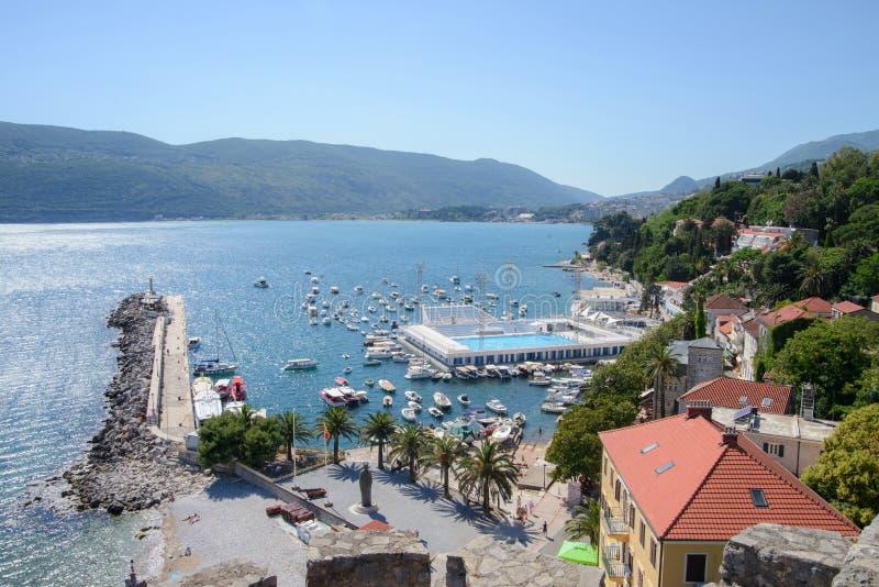Spiaggia Mediterranea di estate con le barche, Castelnuovo fotografie stock libere da diritti