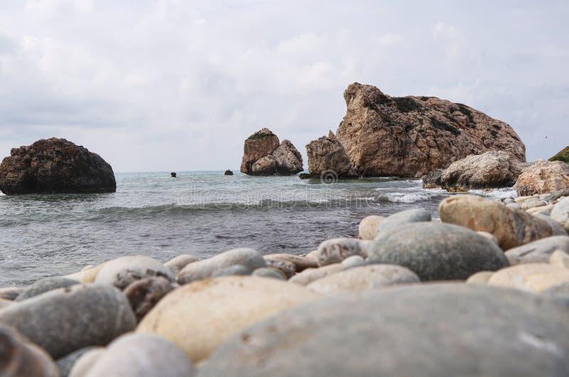 Spiaggia meravigliosa sul Cipro del sud La roccia di PETRA de romiou o di Aphroditeappartiene al posto famoso sull'isola Vista immagine stock libera da diritti