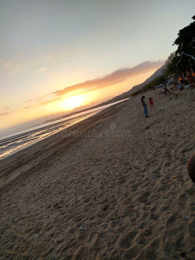 Spiaggia, mezzanotte crepuscolare di alba del sole fotografia stock libera da diritti