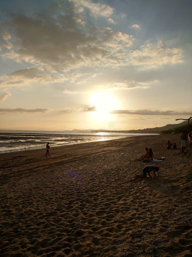 Spiaggia, mezzanotte crepuscolare di alba del sole fotografia stock