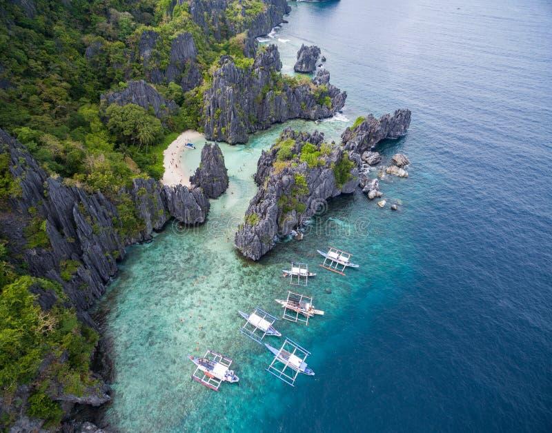 Spiaggia nascosta nell'isola di Matinloc in EL Nido, Palawan, Filippine Itinerario di giro C e posto facente un giro turistico immagini stock libere da diritti