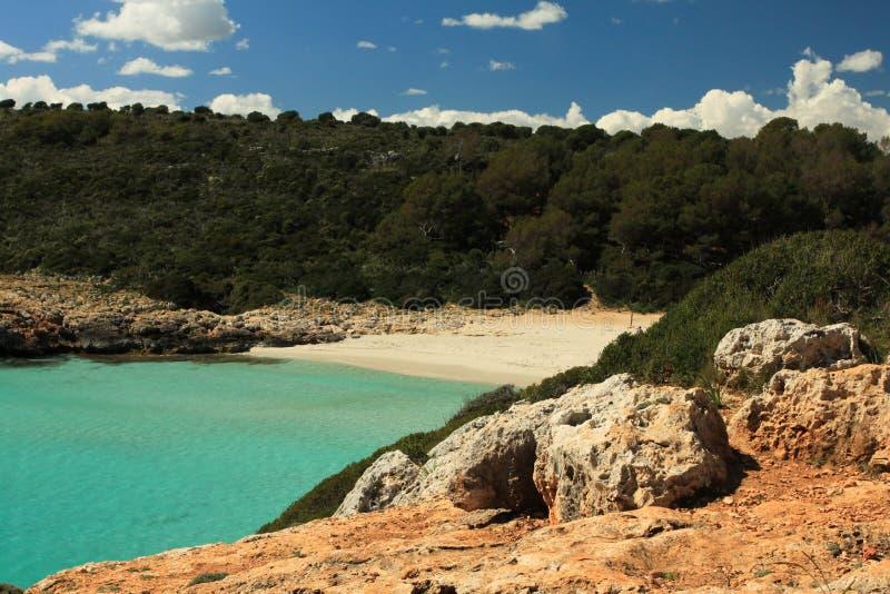 Spiaggia naturale di brigantini a palo di Cala immagine stock libera da diritti