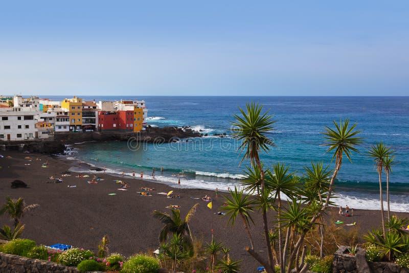 Spiaggia nell'isola di Tenerife - di Puerto de la Cruz (canarino) fotografia stock libera da diritti