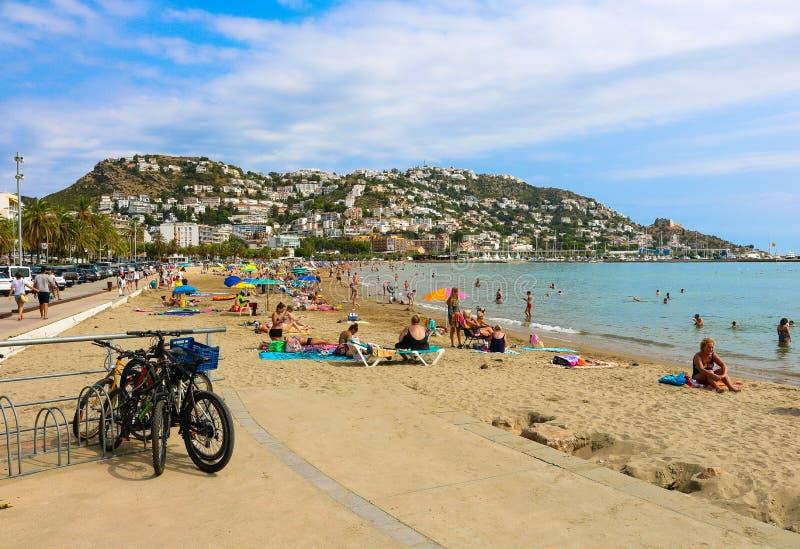 Spiaggia nella baia delle rose, situata nella costa Brava, nel nord della Spagna immagini stock libere da diritti