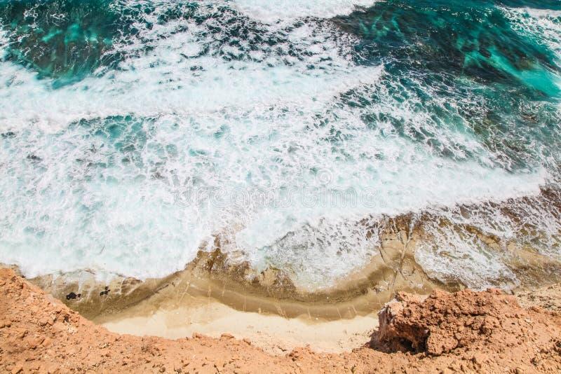 Spiaggia, onde ed acqua sparate da sopra fotografie stock