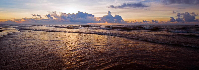 Spiaggia pacifica nell'alba fotografie stock libere da diritti