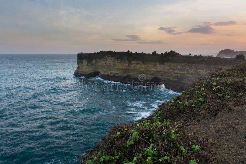 Spiaggia Pacitan Java Indonesia orientale di Karangbolong immagini stock libere da diritti
