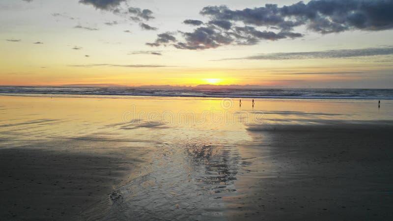 Spiaggia panoramica lunga Oregon del cannone di tramonto dell'oceano Pacifico immagini stock