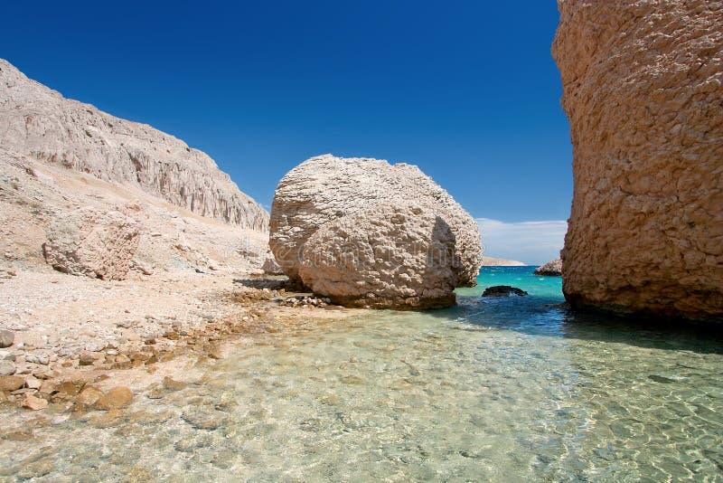 Spiaggia pietrosa sull'isola PAG Croatia fotografia stock