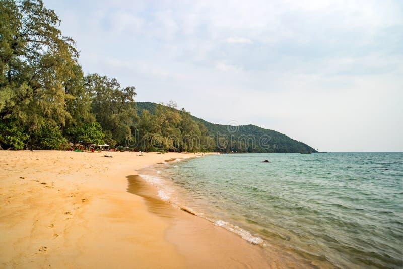Spiaggia pigra sull'isola tropicale di Koh Rong Samloem al giorno di estate soleggiato con bello cielo blu La Cambogia, Asia fotografia stock