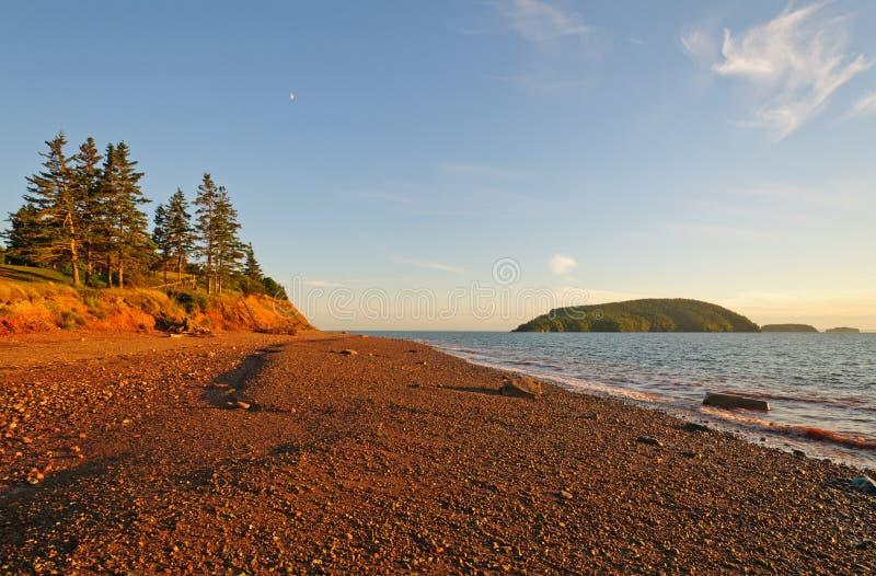 Spiaggia della ghiaia al tramonto immagine stock libera da diritti