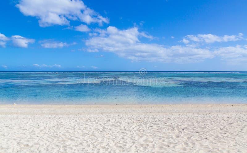 Spiaggia pubblica dell'en Flac Mauritius di Flic che trascurano il mare fotografie stock
