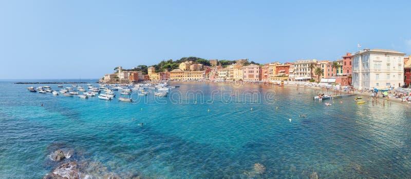 Spiaggia pubblica di Sestri Levante di estate immagine stock