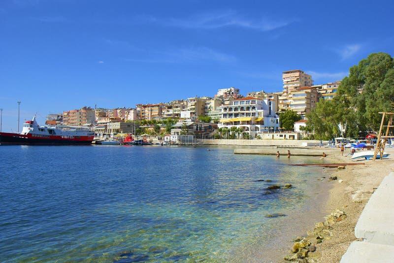 Spiaggia pubblica in Saranda, Albania fotografia stock libera da diritti
