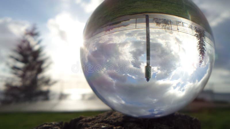 Spiaggia riflessa in sfera di cristallo fotografie stock libere da diritti