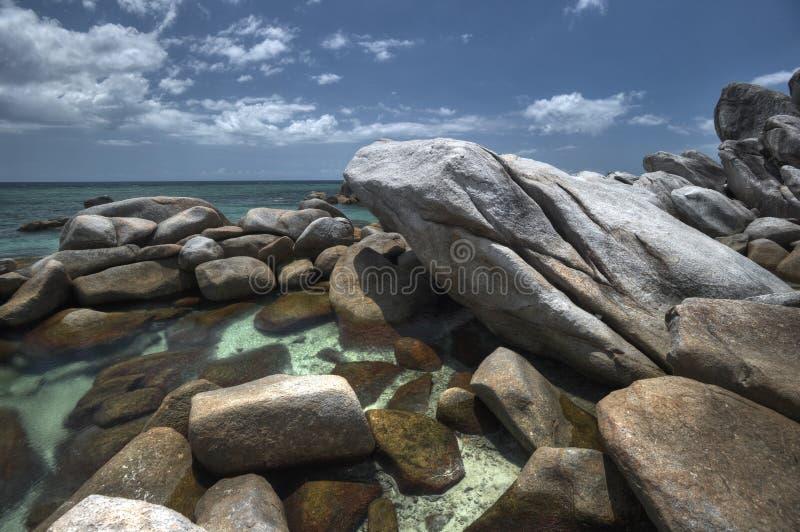 Spiaggia rocciosa esotica all'isola del belitung immagine stock libera da diritti