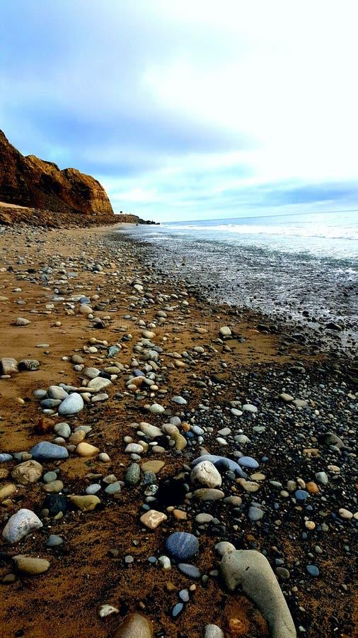 Spiaggia rocciosa laterale di Malibu immagini stock