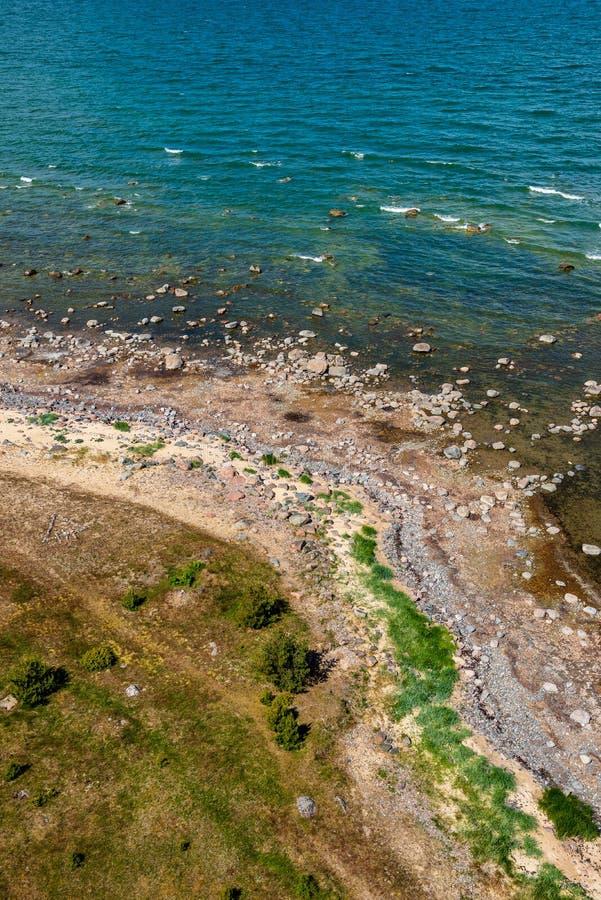 spiaggia rocciosa nell'isola Estonia di Hiiumaa fotografia stock