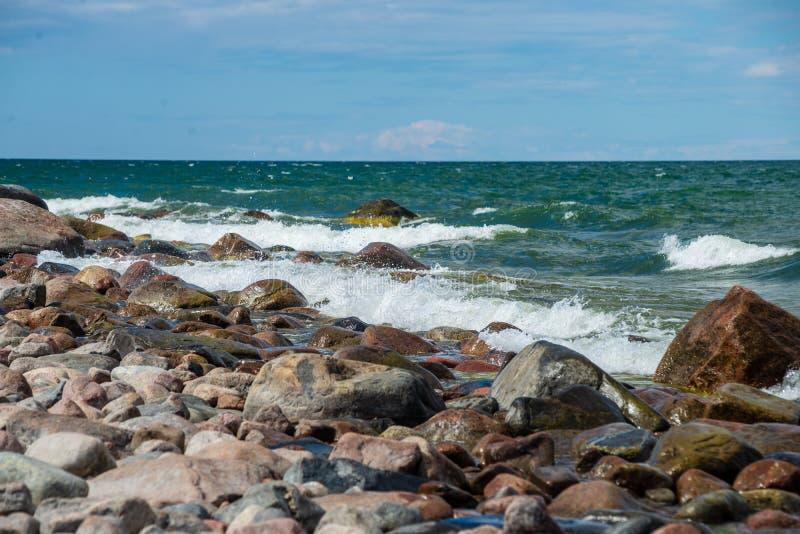 spiaggia rocciosa nell'isola Estonia di Hiiumaa immagine stock libera da diritti