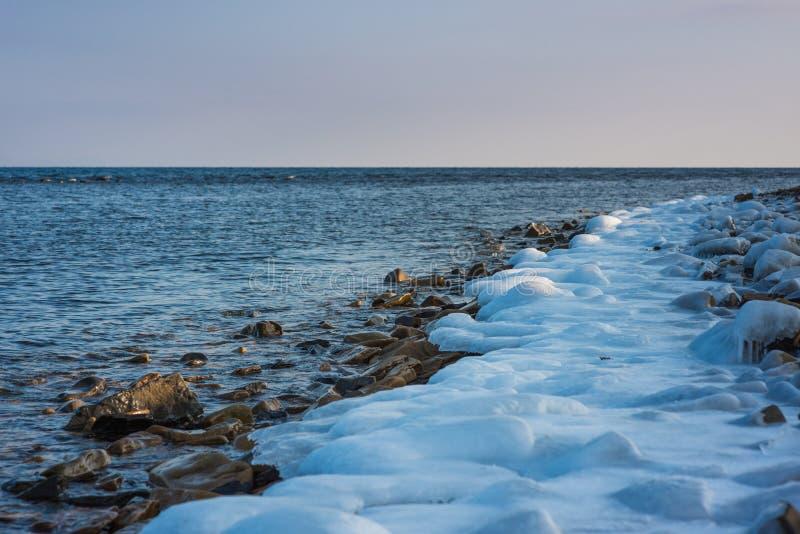 Spiaggia rocciosa, orario invernale Mar del Giappone russo della costa fotografia stock libera da diritti