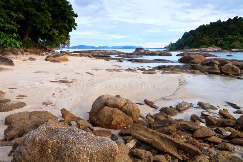 Spiaggia rocciosa tropicale con la foresta pluviale immagine stock libera da diritti