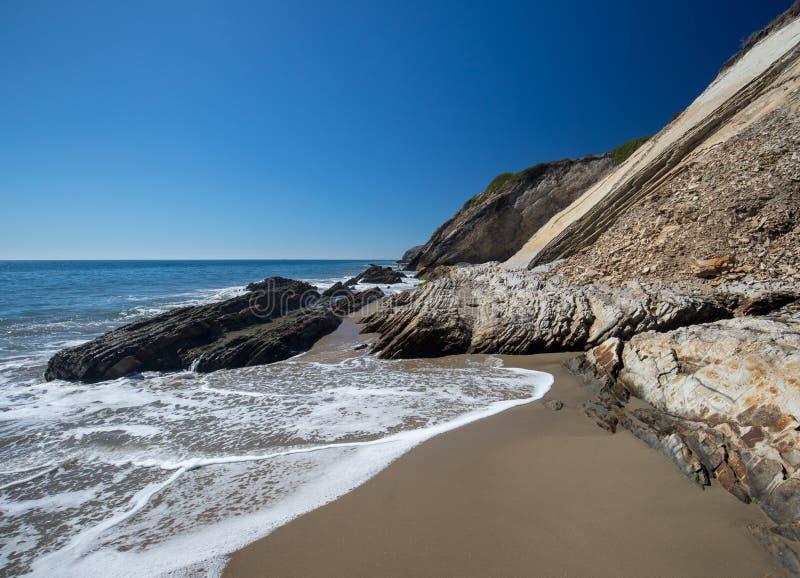 Spiaggia rocciosa vicino a Goleta al parco di stato della spiaggia di Gaviota sulla costa centrale di California U.S.A. immagine stock libera da diritti