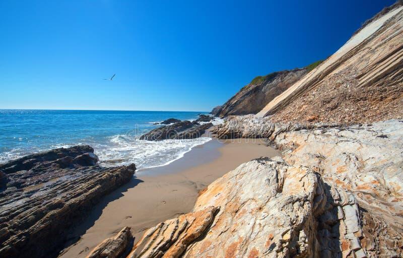Spiaggia rocciosa vicino a Goleta al parco di stato della spiaggia di Gaviota sulla costa centrale di California U.S.A. immagine stock