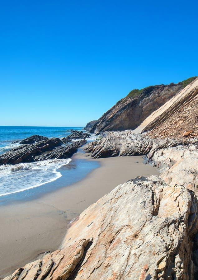 Spiaggia rocciosa vicino a Goleta al parco di stato della spiaggia di Gaviota sulla costa centrale di California U.S.A. immagini stock