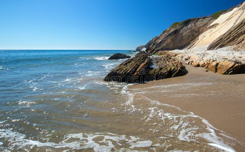 Spiaggia rocciosa vicino a Goleta al parco di stato della spiaggia di Gaviota sulla costa centrale di California U.S.A. fotografie stock