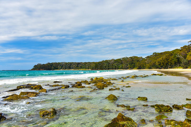 Spiaggia rocciosa vuota immagini stock libere da diritti