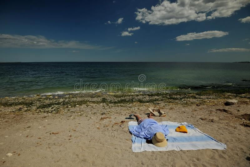 Spiaggia in Romania, Mar Nero nella città di Costanza con la donna sulla riva fotografia stock libera da diritti