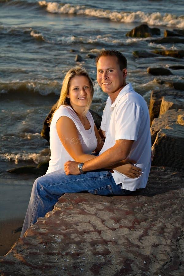 Spiaggia romantica di tramonto delle coppie fotografia stock libera da diritti