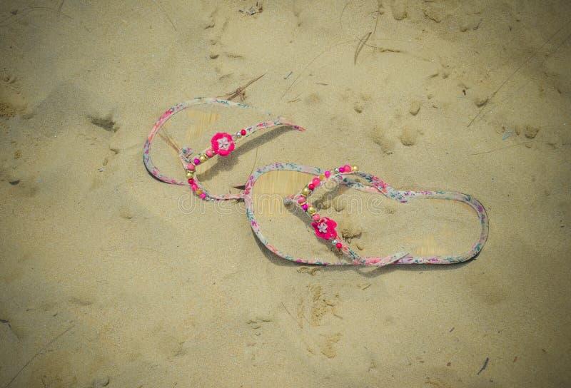 Spiaggia rosa slittamento-ONS nella sabbia immagini stock libere da diritti
