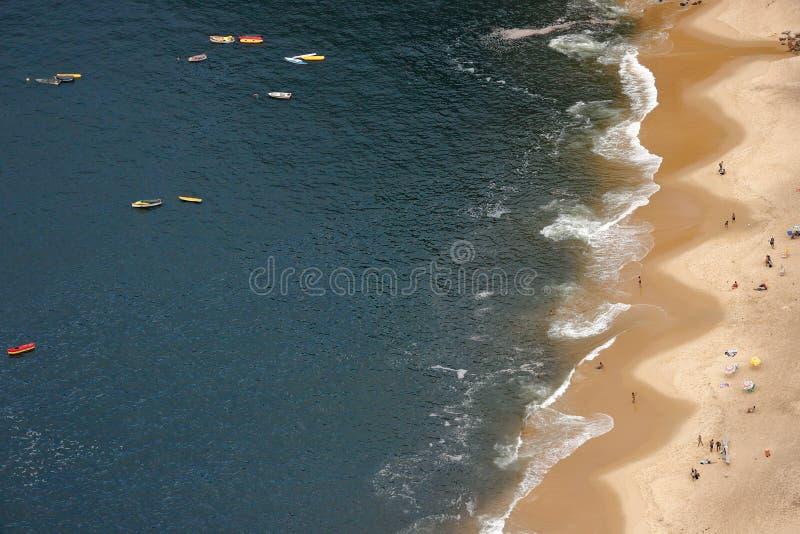 Spiaggia rossa nella vicinanza di Urca, Rio de Janeiro, Brasile fotografia stock libera da diritti