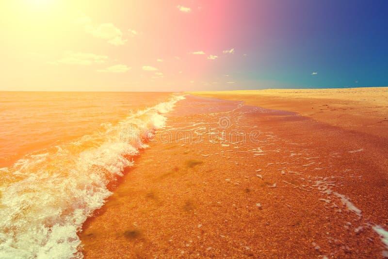 Spiaggia sabbiosa abbandonata un giorno soleggiato fotografia stock