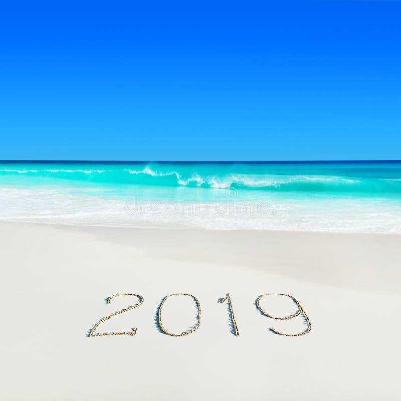 Spiaggia sabbiosa bianca dell'oceano di Perect e titolo scritto a mano di stagione 2019 sulla sabbia immagini stock libere da diritti
