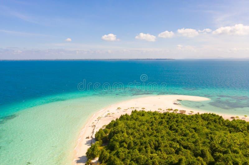 Spiaggia sabbiosa bianca della grande isola tropicale, vista da sopra Vista sul mare, natura delle isole filippine fotografia stock libera da diritti