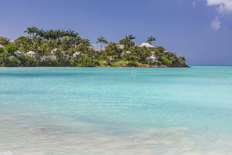 Spiaggia sabbiosa bianca tropicale sull'isola carrebian della st Maarten immagine stock libera da diritti