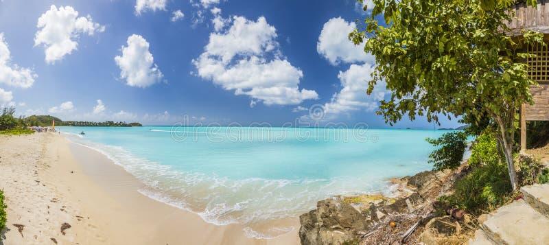 Spiaggia sabbiosa bianca tropicale sull'isola carrebian della st Maarten fotografia stock